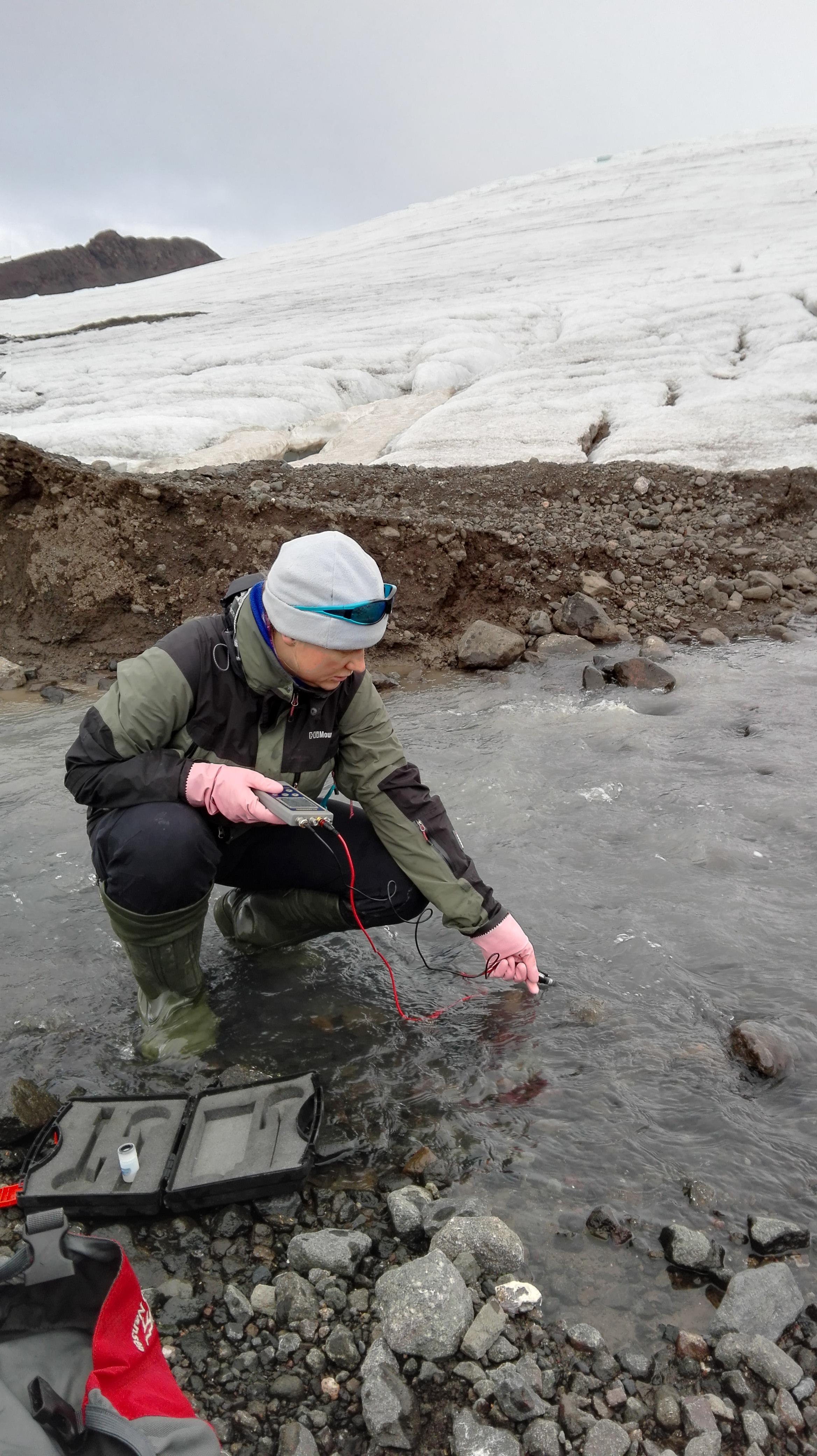 Pomiar przewodności elektrolitycznej wody w strumieniu przy Lodowcu Ekologii | Hydrological measurements