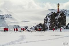 Turyści zwiedzają okolicę Polskiej Stacji Antarktycznej im. H. Arctowskiego | Tourists in station's neighbourhood