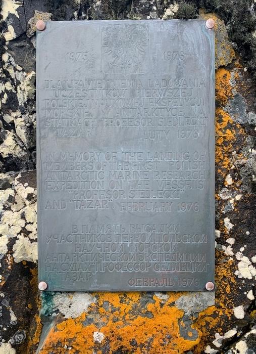 Tablica upamiętniającą lądowanie pierwszej polskiej wyprawy w Antarktyce